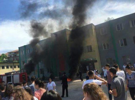 Panik në Laç/ Digjet kabulli elektrik në shkollën 9-vjeçare, nxënësit nxirren me urgjencë jashtë