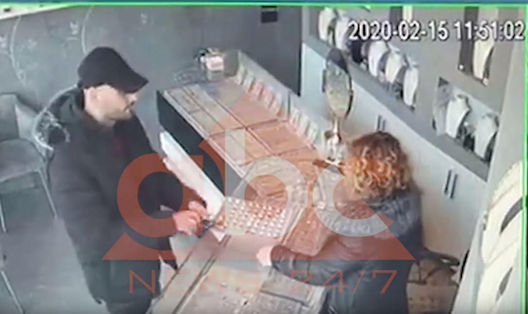 Elbasan: U fut për të vjedhur, gruaja i rrëmben pistoletën grabitësit (VIDEO)