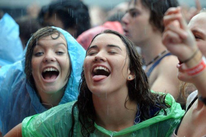 Lajm i mirë nga Australia: Qytetarët festojnë në mes të shiut, shuhen dy vatra masive zjarri