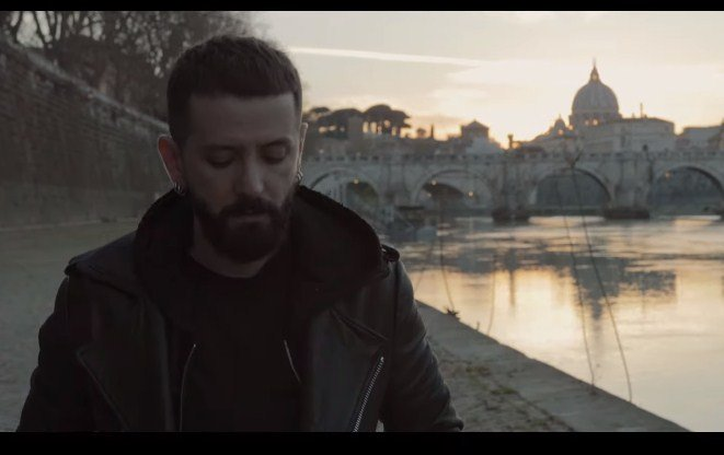 Në klip me një nga femrat më të bukura shqiptare, Eugent Bushpepa sjell baladën perfekte për Shën Valentin
