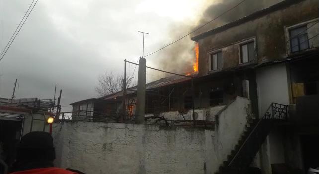 Zjarr i madh në Shkodër, 10 banesa përfshihen nga flakët