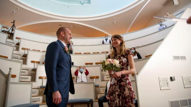 E pazakontë: Mjekët anuluan dasmën për shkak të koronavirusit, martohen në spital dhe ceremonia nuk duhet humbur