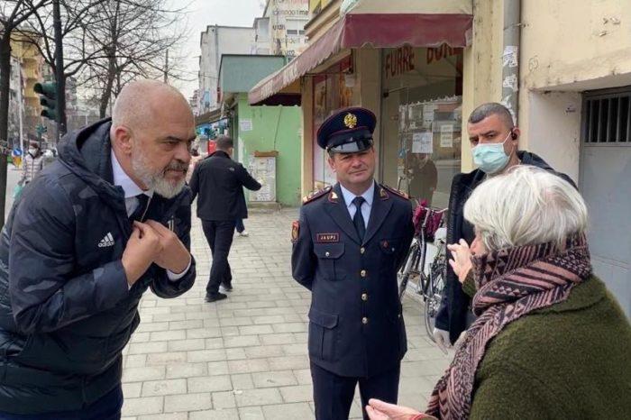 Kryeministri Edi Rama sqaron përse nuk veshi maskë dhe doreza në videon me të moshuarit!