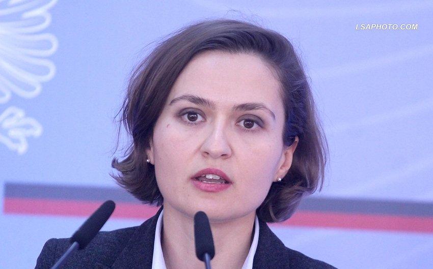 Ministrja Shahini: Maturantët të mos shqetësohen, në provime s'do të ketë pyetje të temave të pazhvilluara