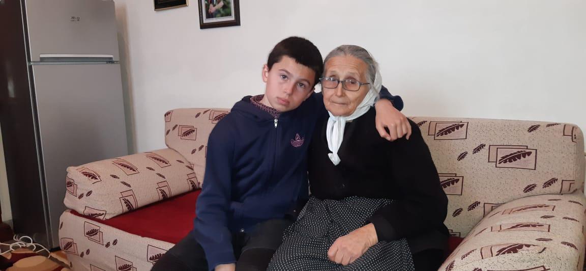 Historia e trishtë e 14-vjeçarit nga Gramshi: Nëna më vdiq, s'më zë gjumi nga frika se më nxjerr qeraxhiu nga shtëpia