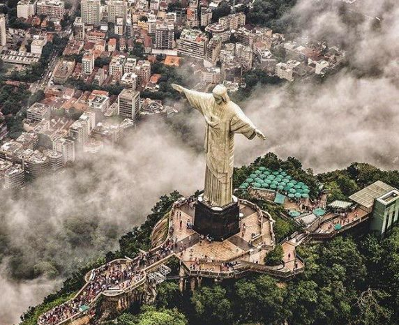 """COVID-19 bën të gjithë njerëzit bashkë: Bandat e drogës në Brazil organizojnë """"shtetrrethime"""" për të mbrojtur të varfërit"""