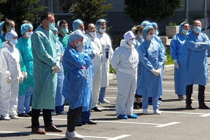 Mesazhet që na prekën të gjithëve: Ardit Gjebrea surprizoi mjekët dhe infermierët e Spitalit Infektiv dhe nuk i mbajtëm dot lotët