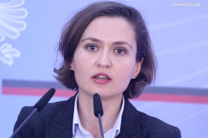 """Ministrja Shahini: """"Viti shkollor nuk do të humbasë! Ja dy skenarët!"""""""