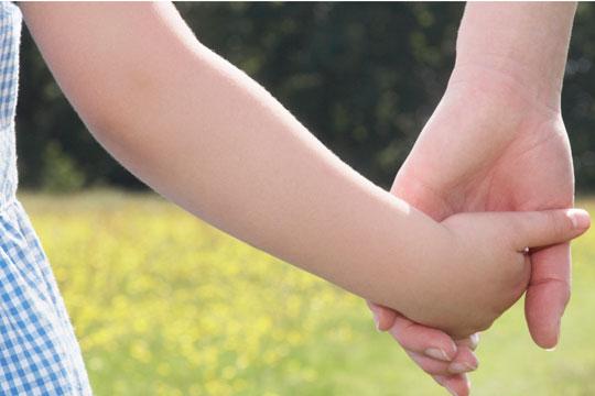 E frikshme në Korçë! Nënës tentojnë t'i rrëmbejnë vajzën 4-vjeçare nga duart