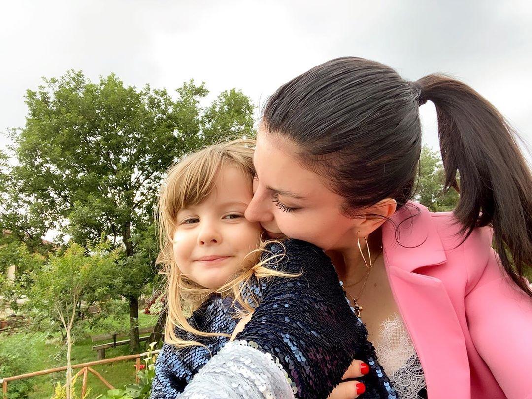 E surprizoi me dhurata sapo hapi sytë, Rudina Dembacaj llaston të bijën me rastin e 1 qershorit