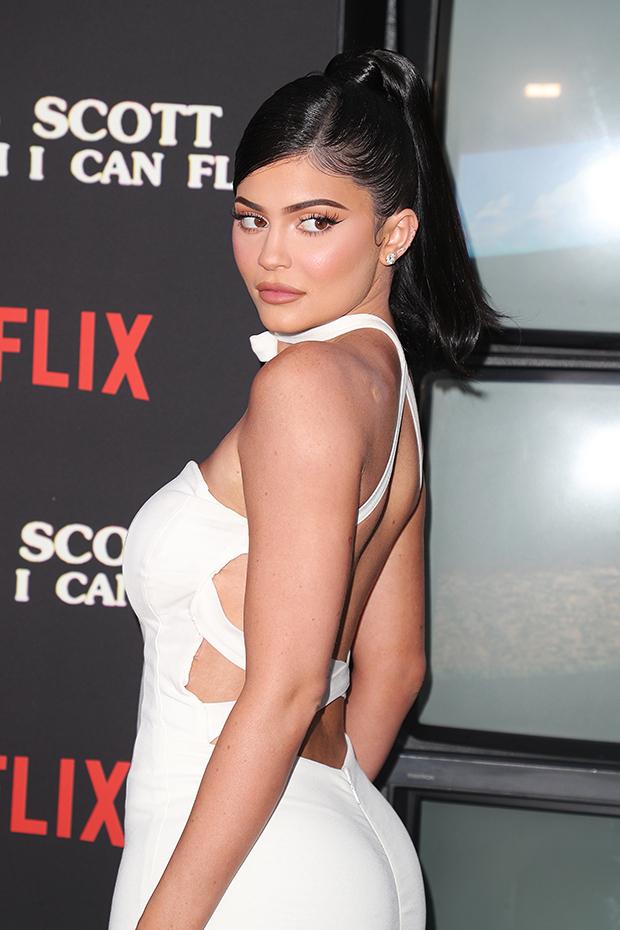 Pasi humbi statusin e miliarderes, Kylie Jenner përballet me gjëra të papritura në kompaninë e saj të bukurisë!