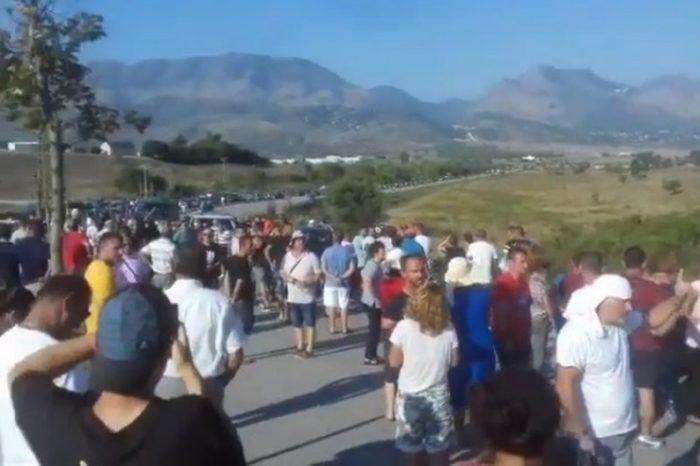 Videoja me dron tregon situatën alarmante! Vargu i makinave në Kakavijë 20 km! Qytetarët të revoltuar nisen në këmbë!
