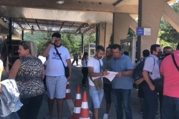 Rradhë e gjatë në Kapshticë: Ja problemi kryesor që i pengon emigrantët të kalojnë kufirin!