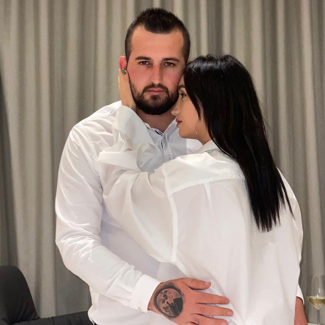 """Tre vite bashkë dhe presin një bebush! Ish-banori i """"Big Brother Albania"""" i jep fund beqarisë!"""
