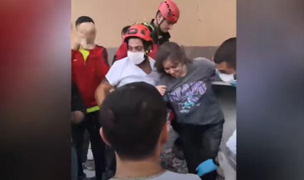 Momenti rrënqethës: Vajza përqafon të atin pasi nxirret e gjallë nga rrënojat e tërmetit në Turqi