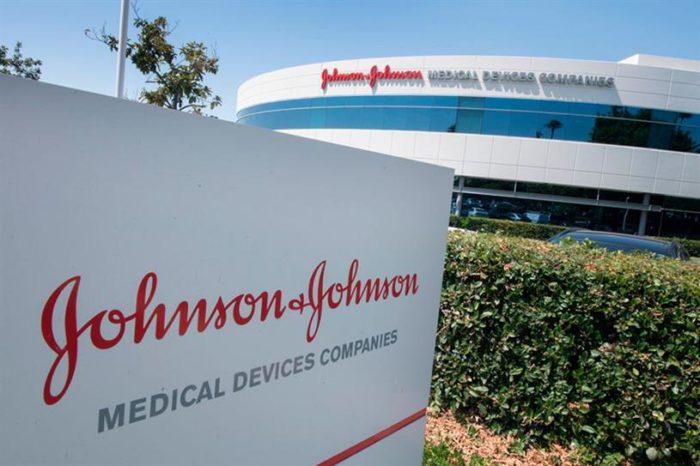 Johnson & Johnson pezullon vaksinën për Covid-19