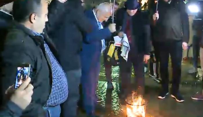 Protesta para Kryeministrisë, qytetarët djegin maskat. 3 të rinj shoqërohen në Polici