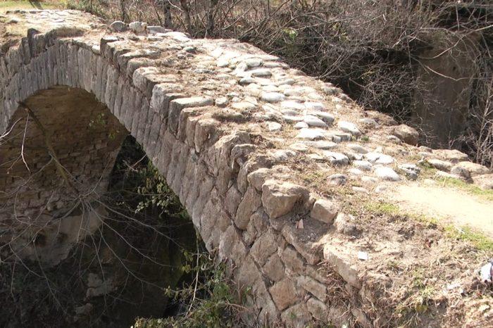 Një tjetër monument kulture drejt shkatërrimit, ura 300-vjeçare në Klos lihet në harresë nga institucionet