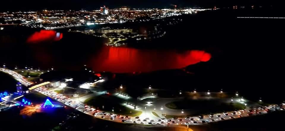 Pamje mahnitëse! Ujëvara e Niagarës në Kanada kuqezi në nder të 108-vjetorit të Pavarësisë në Shqipëri!