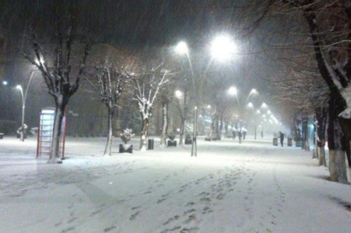 Zyrtarisht dimër! Nisin reshjet e para të borës për këtë vit në qarkun e Korçës, zbardhet Dardha